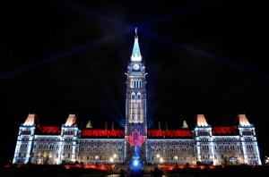 Parlamento de Ottawa decorado para o Canada Day (foto: http://www.tpsgc-pwgsc.gc.ca)